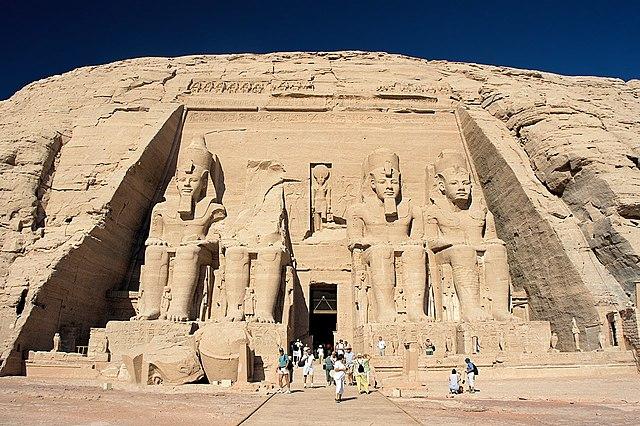 阿布辛贝勒神庙正面 via 维基百科