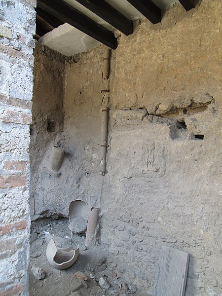 File:Ancient Roman Plumbing, Pompeii (9102028763).jpg
