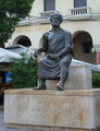 Aristotelous Square - Aristotle statue.png