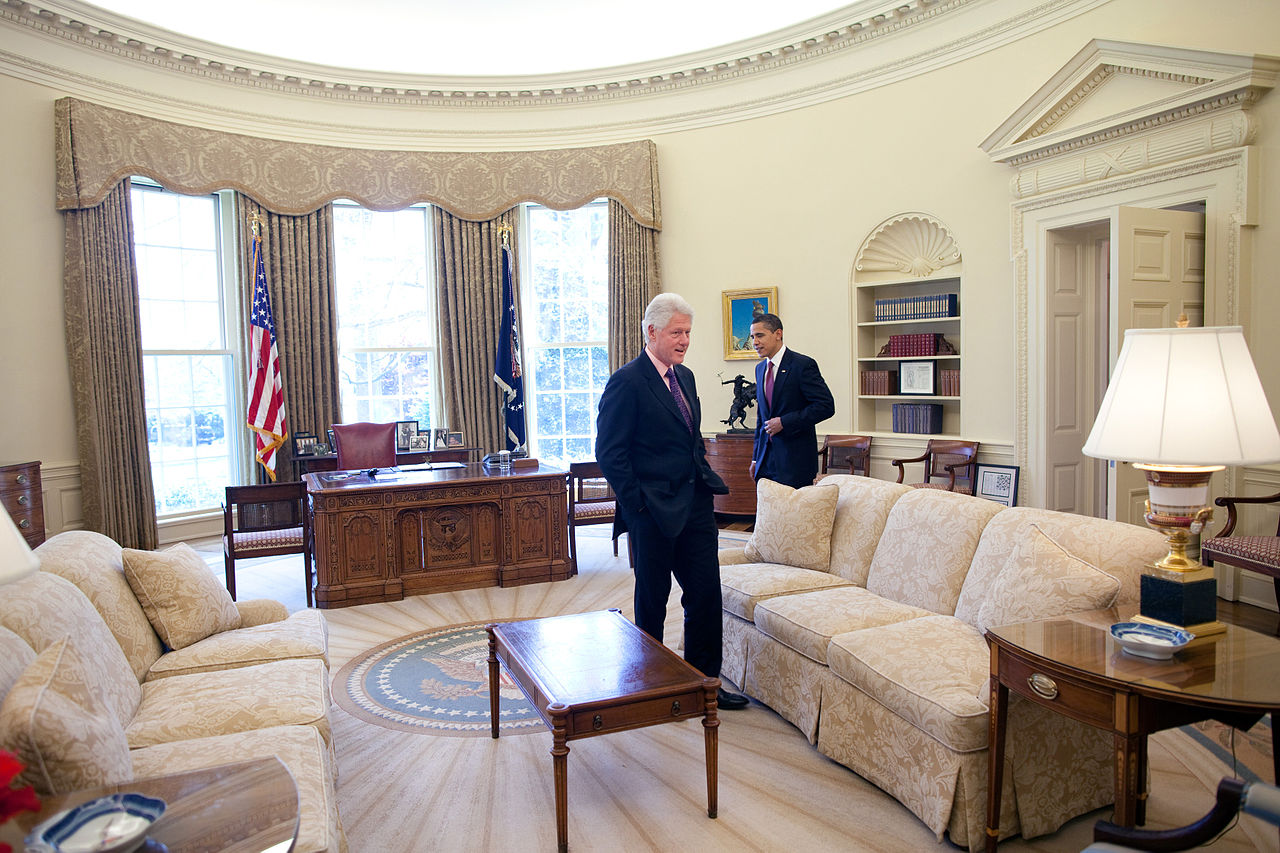 Obama Resolute Desk File Barack Obama And Bill Clinton In The Oval Office Jpg