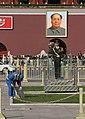 Beijing-Tiananmen-76-Mao-Wache und Putzmann-gje.jpg