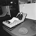 Bezoeker op een elektrisch verstelbaar ligbed, Bestanddeelnr 926-8053.jpg