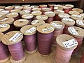 Bobines de laine teintes.jpg