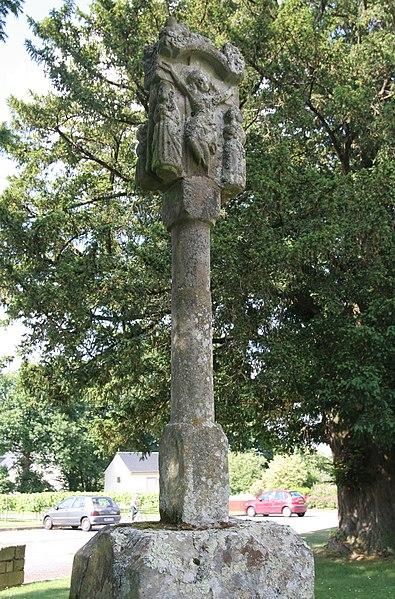 Église Saint-Gildas de Bohal: croix Saint-Gildas devant l'église, face sud.