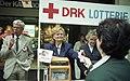 Bundesarchiv B 145 Bild-F085570-0019, Bonn, Hannelore Kohl verkauft DRK-Lose.jpg