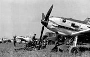 Bundesarchiv Bild 101I-058-1784A-14, Frankreich, Jagdflugzeuge Me 109 auf Feldflugplatz