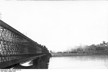 Picture of the Uprising taken from the opposite side of the Vistula river. Kierbedz Bridge viewed from Praga District towards Royal Castle and the Old Town, 1944 Bundesarchiv Bild 101I-695-0412-01, Warschauer Aufstand, Weichselbrucke.jpg