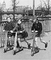 Bundesarchiv Bild 183-19000-2205, Berlin, Kinder mit Roller.jpg