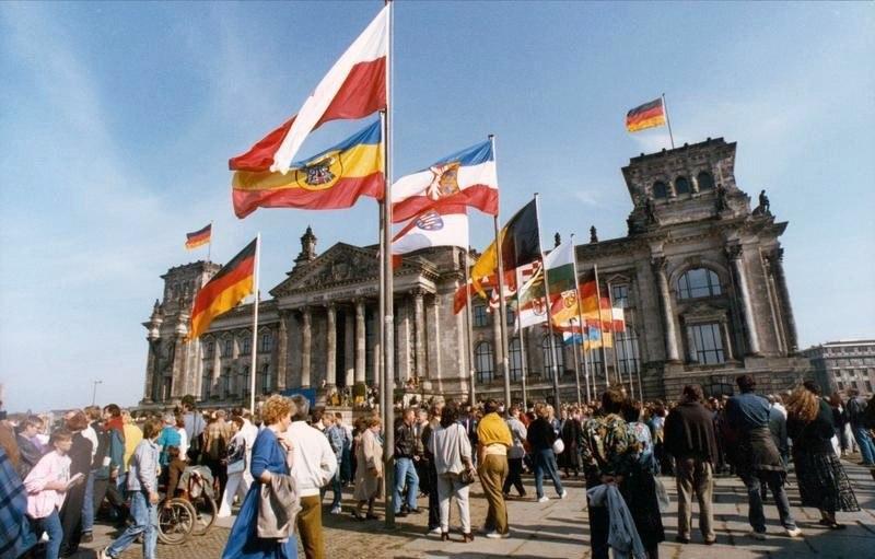 Bundesarchiv Bild 183-1990-1003-417, Berlin, Flaggen vor dem Reichstag