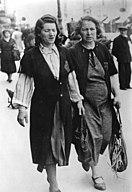 Bundesarchiv Bild 183-B21356, Paris, Französinen mit Judenstern