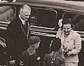 Burgemeester Johan de Widt en Koningin Juliana (1950).jpg
