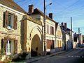Bury (60), porte de ferme du XIIIe siècle, rue Pillon-Crouzet.jpg