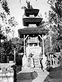 COLLECTIE TROPENMUSEUM Biddende vrouw op het Pura Satria tempelcomplex bij Denpasar TMnr 10022005.jpg