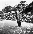 COLLECTIE TROPENMUSEUM Een Batak priester danst onder toeziend oog van zijn dorpsgenoten met zijn toverstaf boven op de grond getekende symbolen TMnr 10000927.jpg
