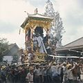 COLLECTIE TROPENMUSEUM Een lijkentoren wordt tijdens een crematie naar de verbrandingsplaats gedragen TMnr 20018459.jpg