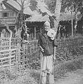COLLECTIE TROPENMUSEUM Een oudere man poseert met wandelstok voor een huis op Atjeh TMnr 60043265.jpg