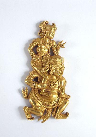 Arca emas Hiasan emas dari masa Majapahit yang menggambarkan Sutasoma digendong pemakan manusia.