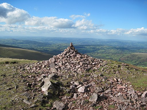 Cairn on Picws Du - geograph.org.uk - 2107251