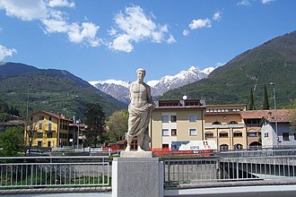 Cividate Camuno - Image: Calco statua principe eroe Piazza Fiamme Verdi Cividate Camuno (Foto Luca Giarelli)