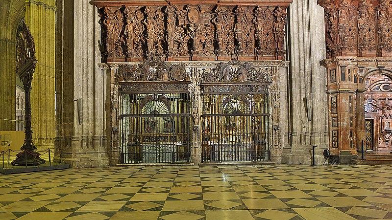 File:Capillas de los Alabastros (Catedral de Sevilla). Lado sur.jpg