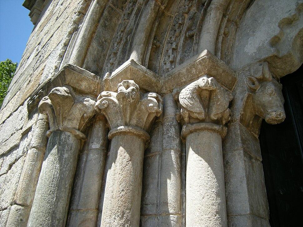 Capiteis portada igrexa de San Pedro de Portomarín