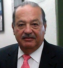 Photo de Carlos Slim, un homme joufflu, à moustache, en costume et cravate rose