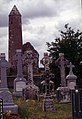 Clonmacnoise-10-Grabkreuze-Rundturm-1989-gje.jpg