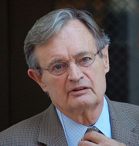 David McCallum interprétant le personnage du Dr Donald Mallard.