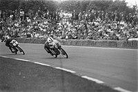 De Spaanse motorcoureur Angel Nieto (nr 2) en de Nederlander Jan de Vries in act, Bestanddeelnr 925-6891.jpg
