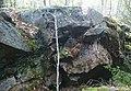 Del av bergvägg mot NO som visar lagren och morfologin vid den igenfyllna delen av Huddinge gruva.jpg