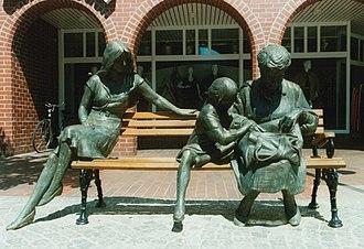 Rotenburg an der Wümme - Cast in bronze by Carsten Eggers: Drei Generationen (Three generations); centre of Wümme
