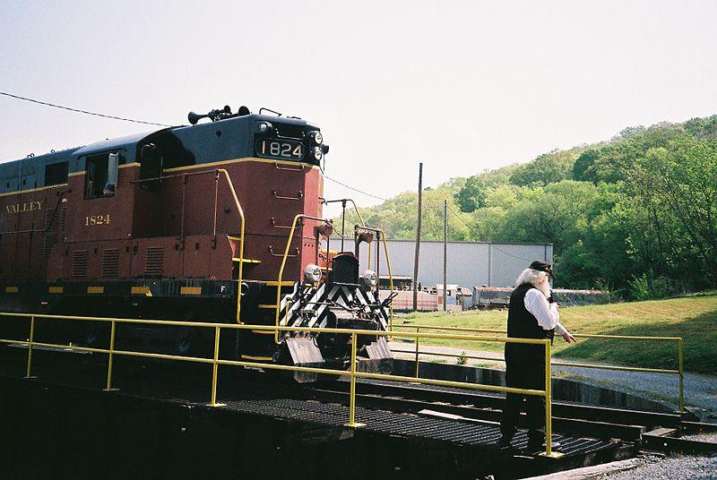 File:EMD DE 1824, Tennessee Valley Railroad, April 2013 CNV00056 (10319160474).jpg