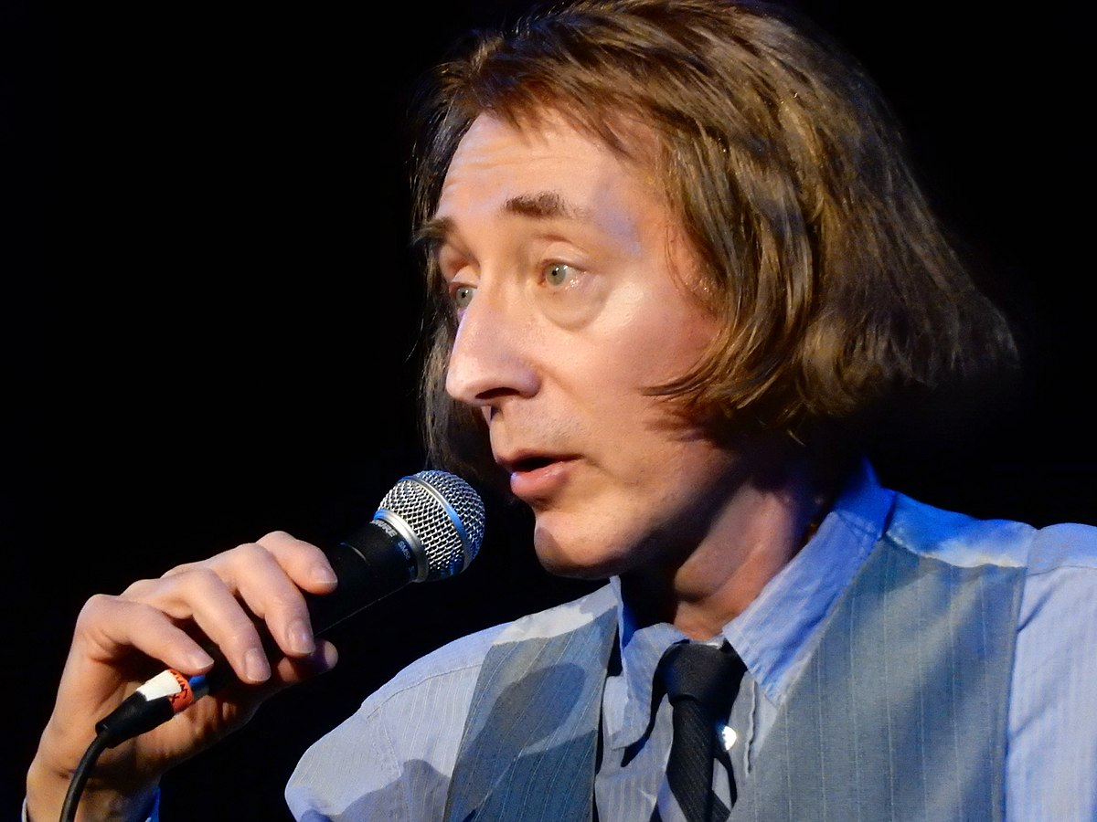File:Emo Philips Opening for Weird Al Yankovic at the Apollo Theater  (40964853051).jpg - Wikimedia Commons