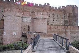 Entrada del castillo con las puertas desenfiladas.