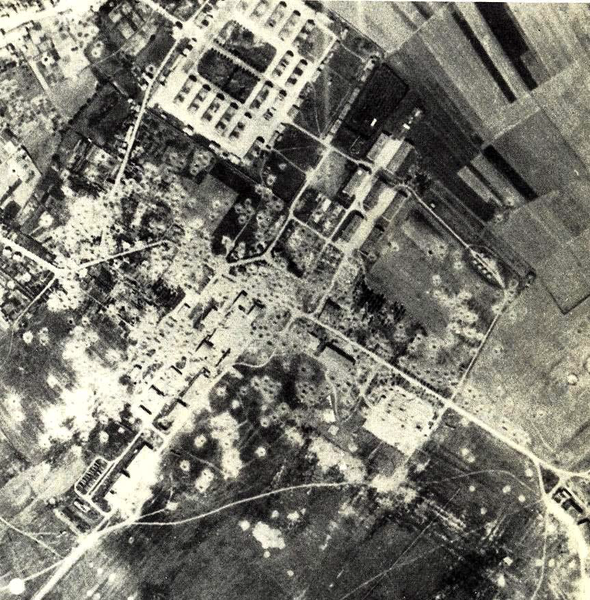 Vue aérienne du site de la Caserne Kléber et de l'aérodrome d'Essey-Nancy le 18 août 1944, après les bombardement alliés.