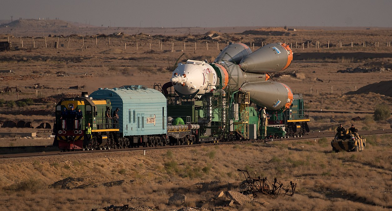 Expedition 53 Soyuz Rollout (NHQ201709100015).jpg