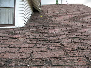 Roof shingle - Image: Faster wear of asphalt shingles along eaves