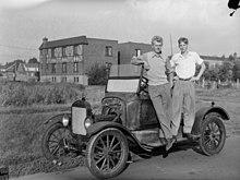 Deux jeunes hommes et la Ford modèle T, 1923