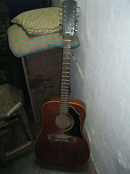 File:Framus 12-string acoustic guitar - Sir Theo, Belgaum, India (2011-11-23 08.10.44 by julian correa).jpg