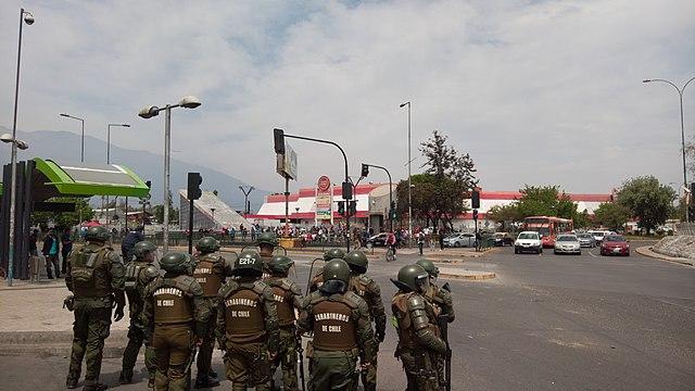 Sondereinsatzkräfte der Carabineros bei einem Protest in Santiago de Chile am 29.10.2019 (Quelle: Wikimedia Commons)