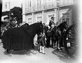 Funeral de D. Carlos e de D. Luís Filipe; o marquês do Faial, comandante da Guarda Real dos Archeiros e o cavalo Júpiter, pertencente ao Rei (1908-02-08) - Joshua Benoliel.png
