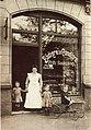 Grete Hoell ganz links als kleines Kind und ihre Geschwister vor der Bäckerei und Conditorei Fritz Baumgarten Stöckener Straße Hannover um 1912.jpg