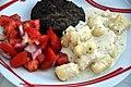 Hakkebøf, tomatsalat, gnocchi og fire slags ost (4825669031).jpg