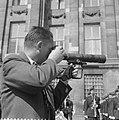 Harry Pot , razende reporter in actie, tijdens bezoek van Boudewijn, Bestanddeelnr 910-5236.jpg