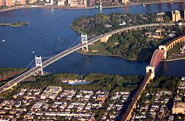 De East River Suspension Bridge (links) en de Hell Gate Bridge, beide van Queens (voorgrond) naar Wards Island.