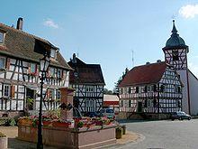 Der Marktplatz mit dem Dorfbrunnen