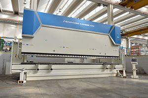 Press brake - A high-tonnage hydraulic press brake