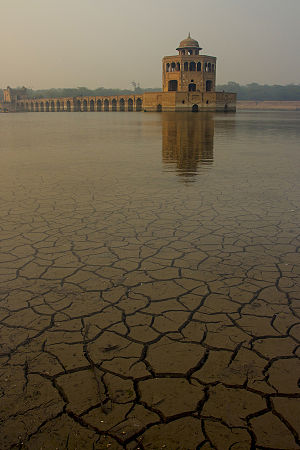 Hiran Minar - Image: Hiran minar in water reflection