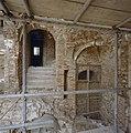 Interieur traptoren- het niet ingestorte deel, gezien vanuit het zuiden; in het midden- gemetselde spil met lichtschacht - Nederhemert-Zuid - 20342376 - RCE.jpg