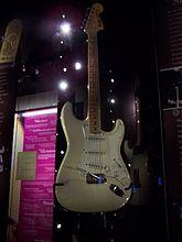 Una fotografía del color de una guitarra Fender Stratocaster blanca